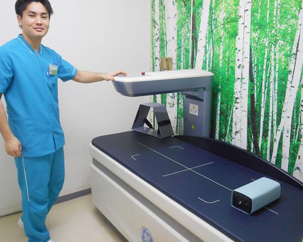 全身の骨のカルシウム量を測る機械です。骨粗鬆症の診断に活用します。