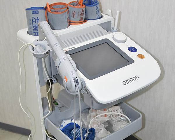 血管年齢、動脈の硬さ、動脈の詰まりの検査機械です。
